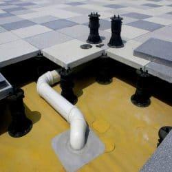أنظمة الأرضيات المرتفعة التي تسمح بتصريف المياه